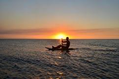 Solnedgång i den Vatia stranden, Viti Levu ö, Fiji royaltyfria foton