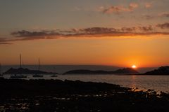 Solnedgång i den Vigo breda flodmynningen arkivbild
