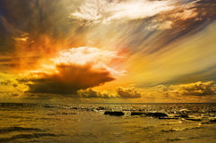 Solnedgång i det baltiska havet. Arkivbild