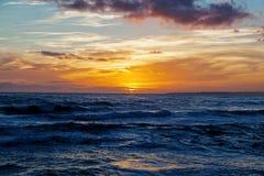 Solnedgång i det blåa havet Royaltyfri Bild