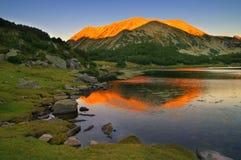 Solnedgång i det Pirin berget skuggan av maximala Muratov på maximala Todorka Royaltyfri Fotografi