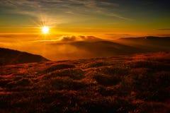 Solnedgång i det Tatra berget för gräsgreen för höst även väder för sikt för leaves orange tyst Arkivfoto