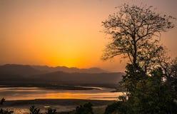 Solnedgång i dikala Arkivfoto
