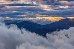 Solnedgång i Dolomitefjällängar, Italien arkivbild