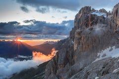 Solnedgång i Dolomitefjällängar, Italien royaltyfria foton