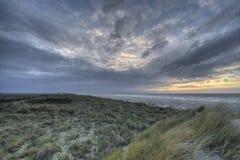 Solnedgång i dyerna av ön Terschelling i Nederländerna Royaltyfri Foto