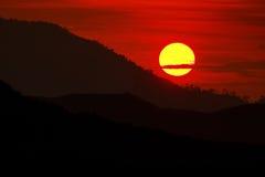 Solnedgång i en dal royaltyfria bilder