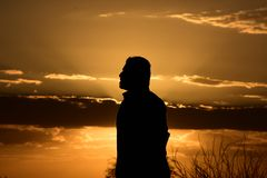 Solnedgång i en halv molnig dag arkivbild