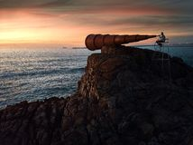 Solnedgång i en konstig utkik arkivbild