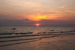 Solnedgång i en molnig dag Arkivbild