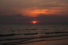 Solnedgång i en molnig dag Royaltyfri Fotografi