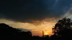 Solnedgång i en stad Royaltyfria Bilder