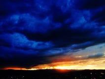 Solnedgång i en storm royaltyfria bilder