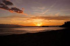 Solnedgång i en strand i Spanien arkivfoto