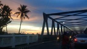 Solnedgång i en trafik fotografering för bildbyråer
