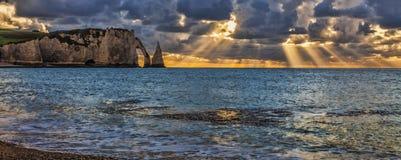 Solnedgång i Etretat, Frankrike Arkivfoton