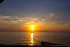 Solnedgång i ett hav arkivbild