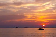 Solnedgång i ett hav arkivfoto