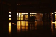 Solnedgång i ett modernt byggnadshall Arkivbilder