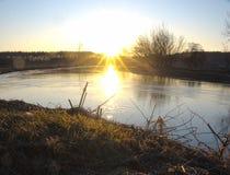Solnedgång i ett molnfritt väder för höst En ren flod med rullande solstrålar fotografering för bildbyråer