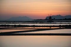 Solnedgång i ett salt min Arkivfoto