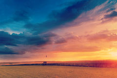 Solnedgång i fält i sommar Royaltyfria Bilder