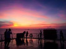 Solnedgång i färja Arkivbild