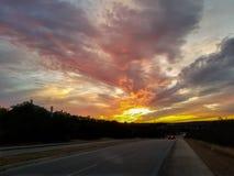 Solnedgång i förort av Texas fotografering för bildbyråer