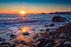 Solnedgång i fjärden Arkivfoton