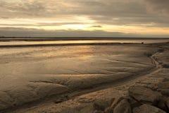 Solnedgång i fjärden av Le Mont St Michel Arkivfoton