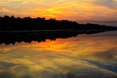 Solnedgång i floden Royaltyfri Bild