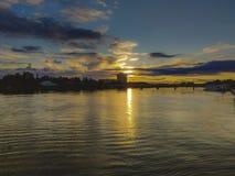 Solnedgång i flodhorisonten royaltyfri foto