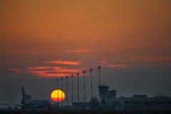 Solnedgång i flygplatsen Arkivfoton