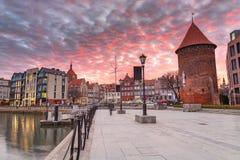 Solnedgång i gammal town av Gdansk på den Motlawa floden Royaltyfri Fotografi
