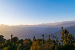 Solnedgång i Garhwal Himalayas under höstsäsong från Deoria Tal den campa platsen Royaltyfria Bilder