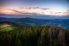 Solnedgång i Gorce berg Arkivfoto