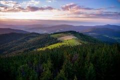 Solnedgång i Gorce berg Arkivbilder