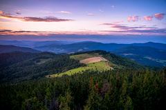 Solnedgång i Gorce berg Arkivbild