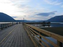 Solnedgång i härligt sceniskt område av sjön och berget Arkivbild