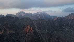 Solnedgång i höga Tatras berg arkivfilmer