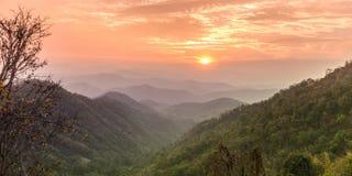 Solnedgång i högt berg i Chiang Mai, Thailand fotografering för bildbyråer