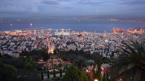 Solnedgång i Haifa som tas från den Bahai trädgården stock video