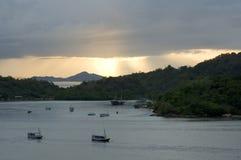Solnedgång i hamn Arkivbild