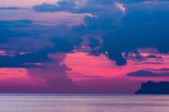 Solnedgång i havet i den Ko Samui ön Arkivfoto
