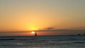 Solnedgång i havet hawaii arkivfoton