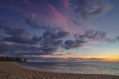 Solnedgång i havet med härlig färgrik molnig himmel arkivbild