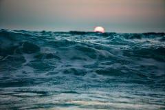 Solnedgång i havet med solen på horisont Arkivfoton