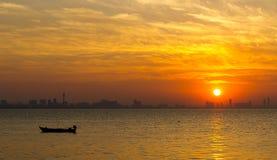 Solnedgång i havet på konturbakgrund Royaltyfria Foton