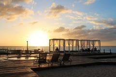 Solnedgång i hotellets strandbubbelpoolen arkivfoto