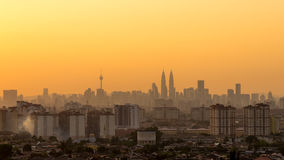 Solnedgång i i stadens centrum Kuala Lumpur Arkivbild